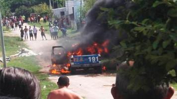 El crimen generó una pueblada y quemaron un móvil policial.